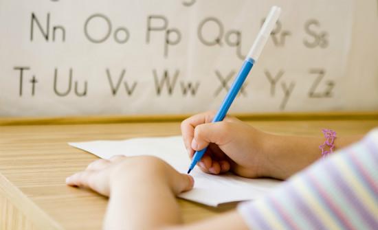 字や絵を書く子供