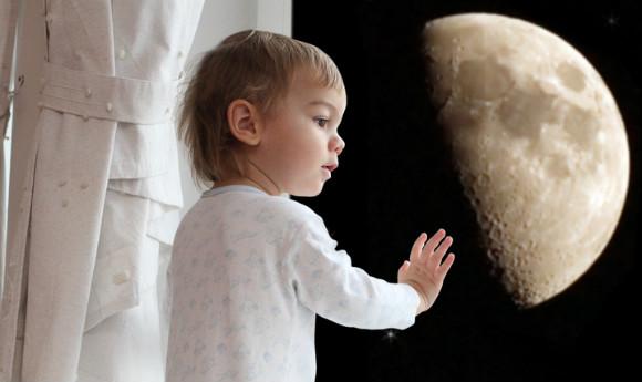 お月様に興味を持つ子供