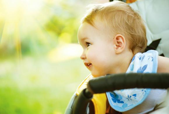 ベビーカーに載っている赤ちゃん
