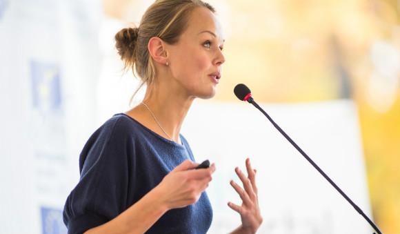 スピーチする女性
