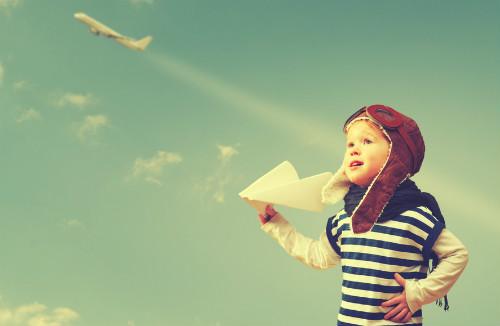 子供の海外への夢が膨らんでいる画像
