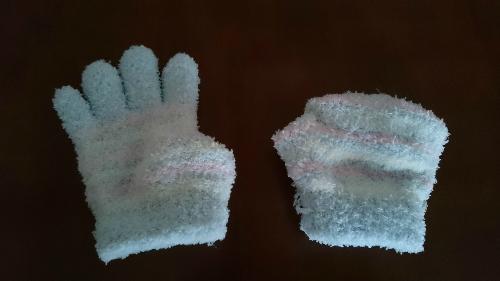 手袋を片方指を全て中に入れた状態