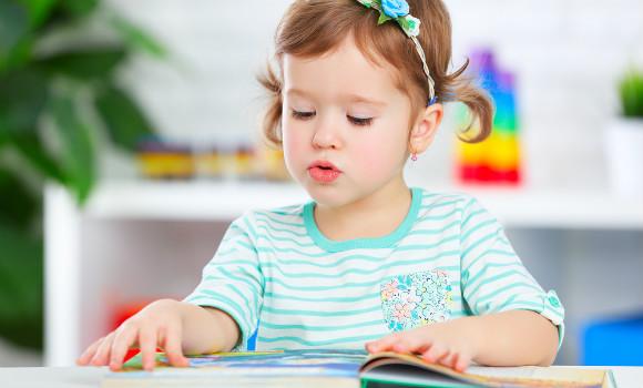 子ども部屋で集中して学習している子ども