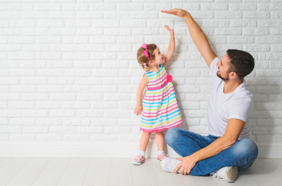 楽しい父の日になるように願っている親子