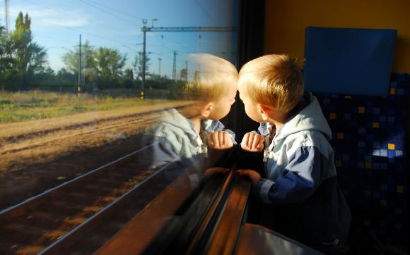 電車でお出かけを楽しんでいる子供