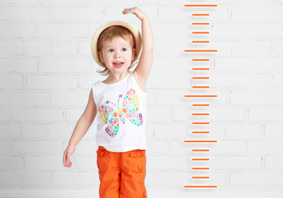 身長を測っている子供