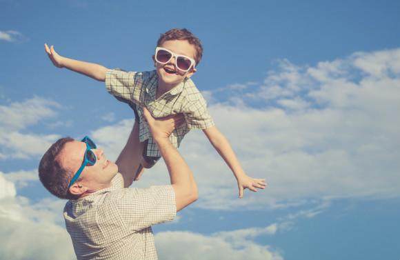 休日に仲良く楽しそうに遊ぶパパと子供