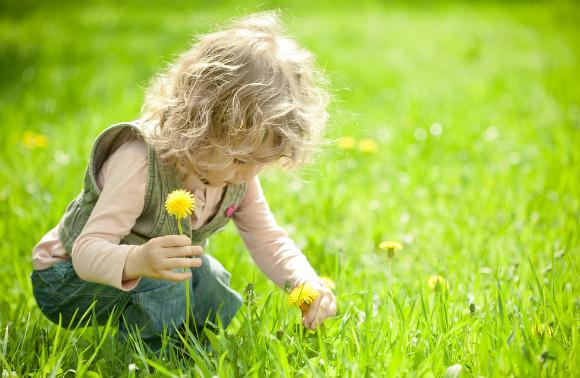 草花あそびをしている子供