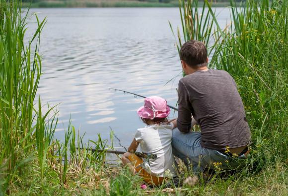 釣りを楽しんでいる親子