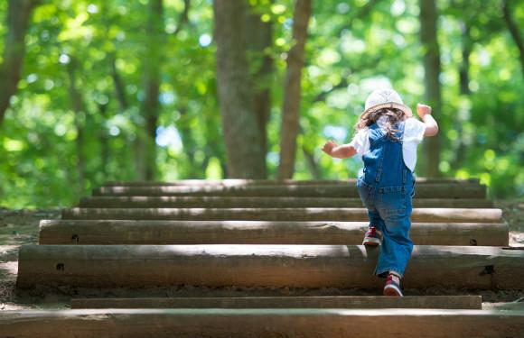 森の中で遊んでいる子供
