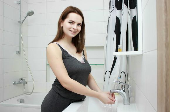 お風呂に入っている妊婦さん