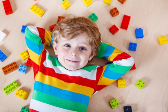 3歳の子供がブロック遊びをしている様子