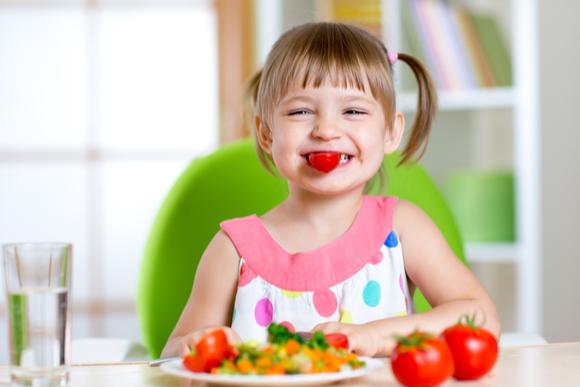 トマト嫌いだが頑張ってトマトを食べている子供