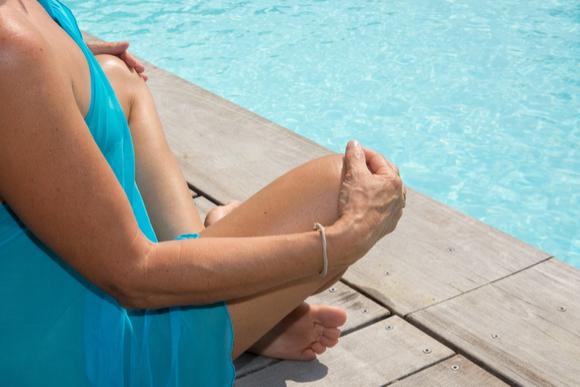 水着でプールを楽しんでいる妊婦さん