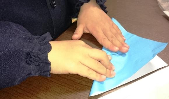 子供が折紙を折っている様子