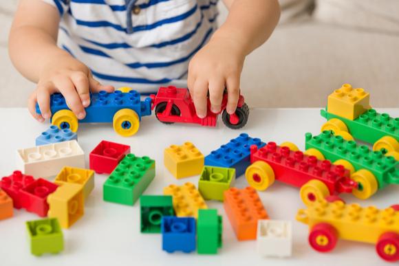 1歳児がブロック遊びをしている様子
