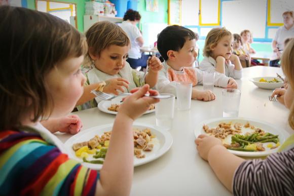 プレ幼稚園の食事風景