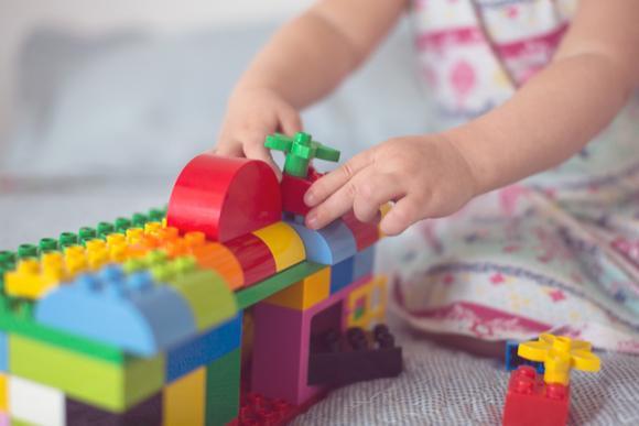 3歳児がブロック遊びをしている様子