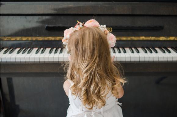 ピアノの発表会の女の子の衣装姿