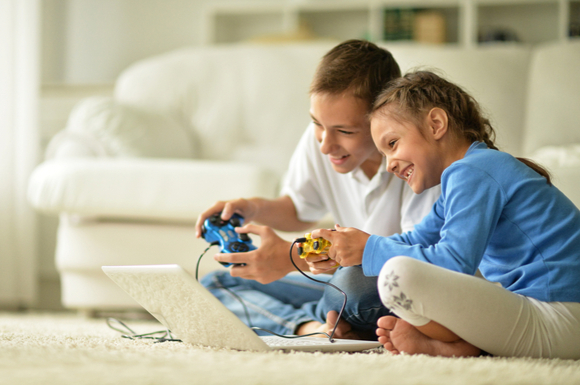 親子でゲームをしている様子