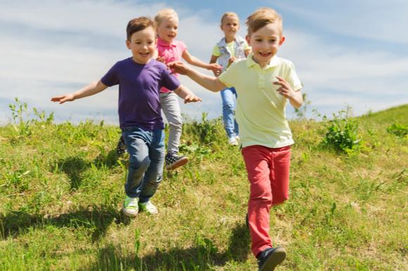 外遊びしている子供たち