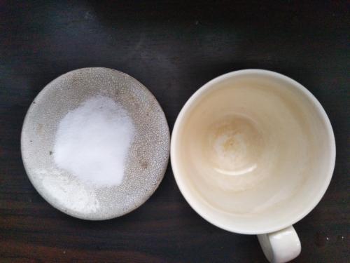 コップの茶渋を食塩水で落とす手順