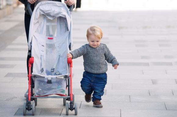ベビーカーに乗らずに脇を歩いている子供