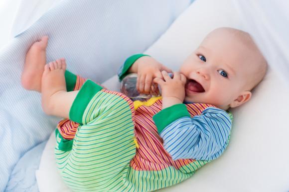 赤ちゃんのパジャマ姿