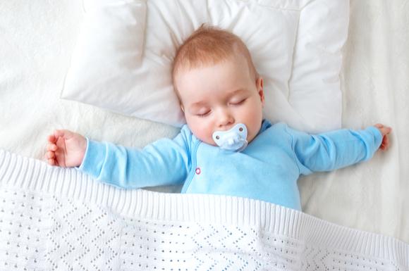 おしゃぶりをして眠っている赤ちゃん