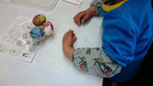 子供の長ズボンを子供用の腕抜にリメイクしたものを使っている子どもの様子