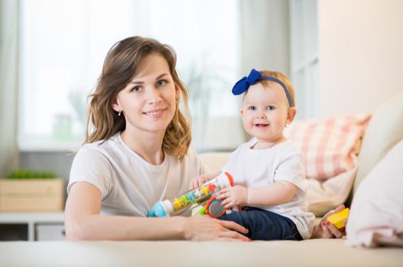生後11か月の赤ちゃんと親が遊んでいる様子