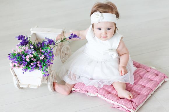 女の子の赤ちゃんがベビーフォーマルを身に着けている様子