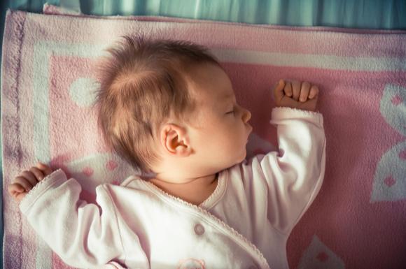 モロー反射をしている赤ちゃん