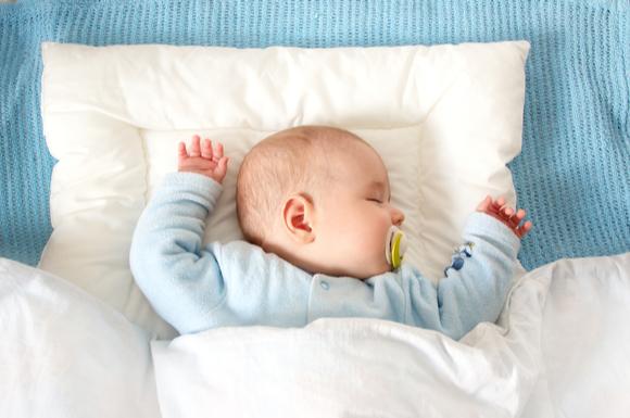 スリーパーを着て寝ている赤ちゃんの姿