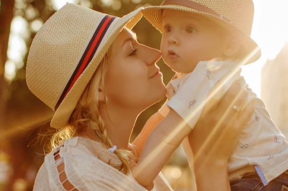 帽子をかぶって紫外線対策をしているママ
