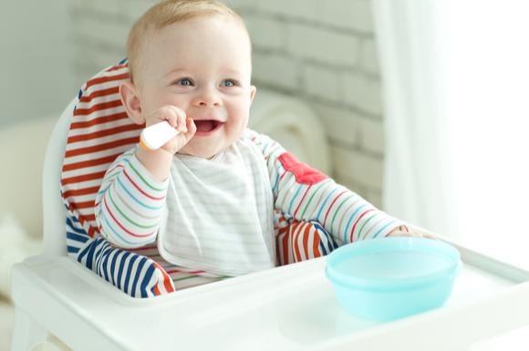 離乳食後期のカミカミ期の赤ちゃんが離乳食を食べている様子