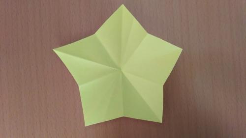 折り紙でお星さまを作った完成図