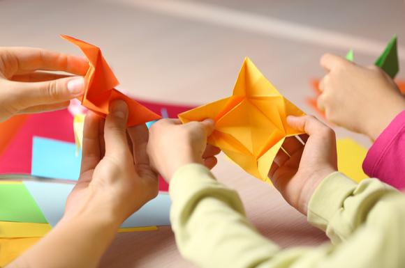 親子で折り紙を楽しんでいる様子