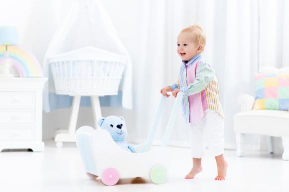 カタカタ(手押し車)を押して遊んでいる赤ちゃんの様子