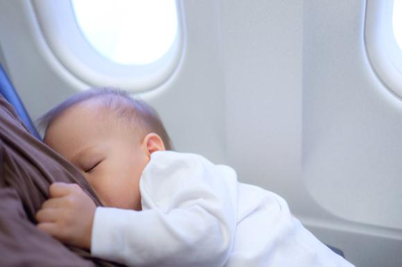 授乳ケープで授乳タイムを過ごしている赤ちゃん