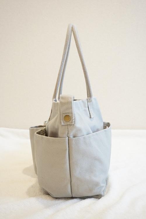 ニトリのマザーズバッグに荷物を入れて幅を見ている様子