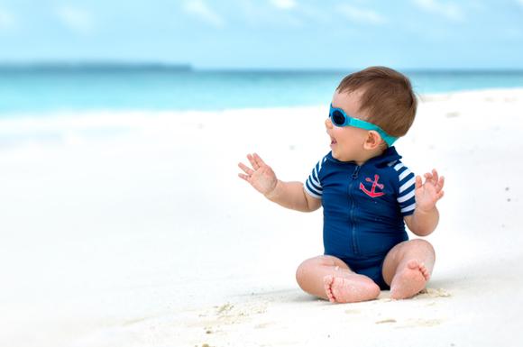 男の子の赤ちゃんがベビー水着を着ている様子