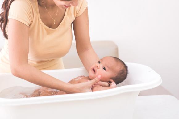 ベビーバスで沐浴中の赤ちゃん