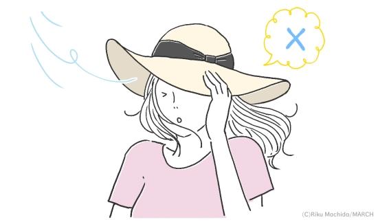 風で飛んでいきそうな帽子