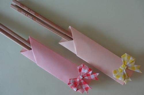 折り紙で折ったリボンを箸置きに貼ってキュートな箸置きが出来上がった画像