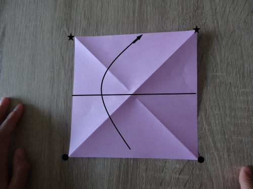 折り紙でリボンを折っている手順の画像