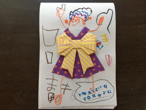 折り紙のお洋服で遊ぶ図
