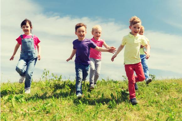 子供が運動神経を鍛えるために一生懸命遊んでいる様子
