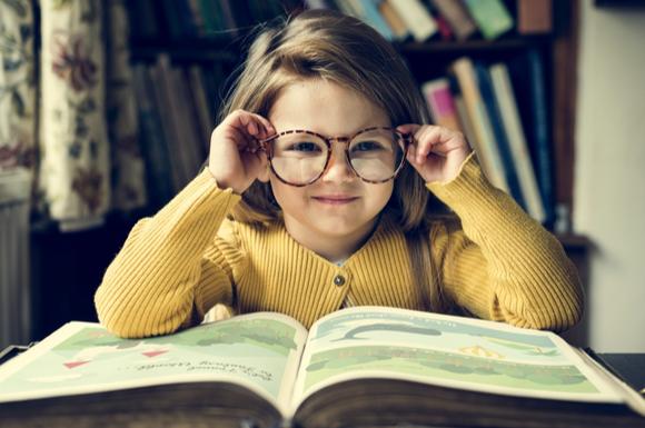 リビング学習をしている子供