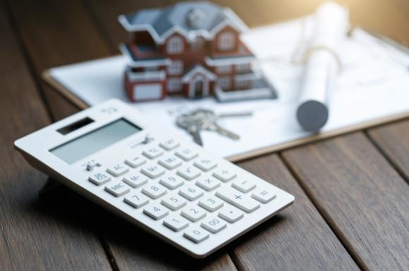 家を購入する際の頭金の計算をしている様子